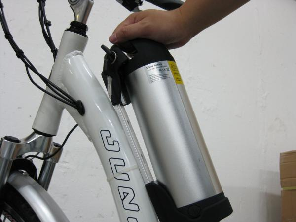 Battery can be installed and removed easily by using the easy-carrying handle